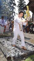 熱い灰の上を歩く信者ら=那賀町阿津江の黒滝寺