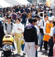 大勢でにぎわう「とくしまグルメ横丁」=徳島市の藍場浜公園