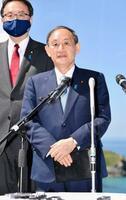 G7サミットを終え、記者団の取材に応じる菅首相=13日、英コーンウォール(共同)