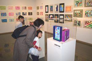 那賀町の全中学生の作品が並ぶ「こどもアート展」=相生森林美術館