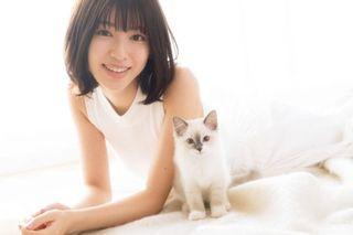 期待のヒロイン・白石聖、大好きな猫と自然体スマイル披露