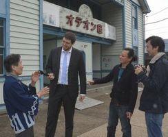 美馬の魅力を発信する動画の製作に取り組む(右から)佐藤さん、田中さん、パイクさん=美馬市脇町の脇町劇場オデオン座