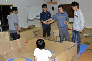 避難所の運営について話し合う小中学生ら=石井町地域防災交流センター