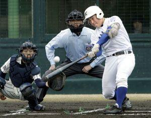 川島対新野 1回表、川島2死一塁、郷田が左中間に先制二塁打を放つ=鳴門オロナミンC球場