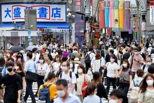 緊急事態宣言が続く東京・渋谷駅前の交差点を歩く大勢の人たち=2日午後
