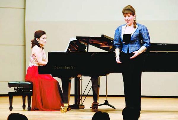 熱のこもった演奏と歌声を披露する正木さん(左)とアーネセンさん=阿南市情報文化センターコスモホール