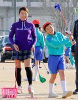 母校の岡山市立平島小を訪れ、児童を指導する渋野日向子選手=10日午後