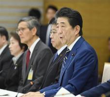 新型コロナウイルス感染症対策本部の会合で発言する安倍首相=28日午後、首相官邸