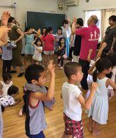 東京・小金井すだち連の説明会で阿波踊りを体験する子どもたち=都内(井寺さん提供)