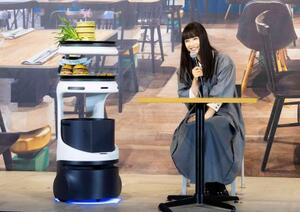 ソフトバンクロボティクスの発表会で、料理を運ぶロボット「Servi」=28日、東京都内