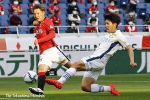 徳島対浦和 前半、宮代(右)がクロスに飛び込むも相手GKに阻まれる=さいたま市の埼玉スタジアム