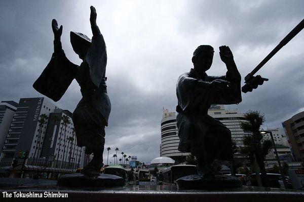 台風10号が接近し影響が出始める徳島市内=14日正午ごろ、JR徳島駅前