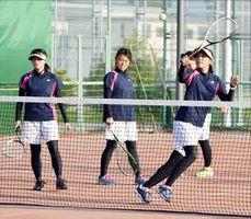 インカレ8強入りを目指し練習に励む四国大の選手たち=徳島市応神町の四国大
