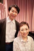 クミコ(右)の新曲発売記念コンサートに出演する篠井英介