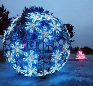 阿南光のまちづくり協議会が貸し出した直径4メートルの球体オブジェ=福島県楢葉町(TSFプロジェクト提供)