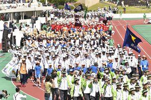 ねんりんピックの開会式で入場行進する徳島県選手団=9日、秋田市