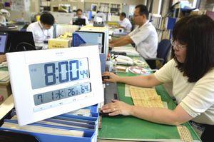 サマータイムが始まり、通常より早い時間から仕事に当たる県職員=県庁