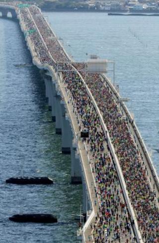 1万6千人、海上を駆け抜ける
