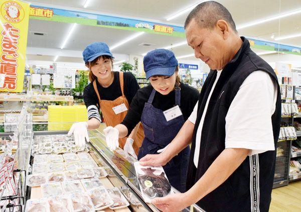 おすすめの魚を紹介する女性スタッフ=阿南市日開野町筒路のDCMダイキ阿南店