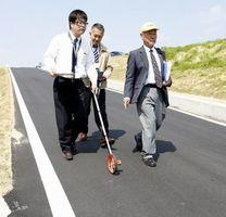 コースの勾配を確認する委員=徳島市北田宮2の県道