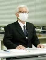 記者会見するAIRDOの泉弘毅副社長=26日午後、札幌市