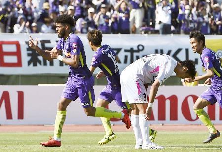 広島―鳥栖 後半、決勝ゴールを決め、駆けだす広島・パトリック(左端)=Eスタ