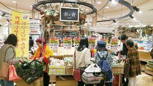 美馬市、つるぎ町で収穫した農産物を販売する生産者(左から2人目)=2017年10月、大阪市の阪急百貨店うめだ本店
