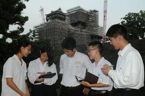 熊本城で熊本地震の被害状況を見学する徳島の高校生=熊本市