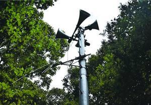 アンテナが損傷し、音声が聞こえない防災無線の拡声器=勝浦町坂本