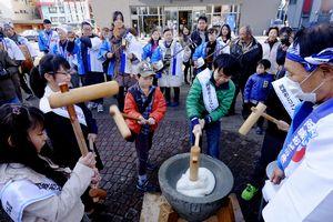 ぞめきのリズムに合わせ餅をつく子どもたち=徳島市の阿波おどり会館前広場