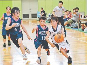 女子1回戦・加茂名南対堀江 ドリブルで切り込む加茂名南の選手(右)=松茂町総合体育館
