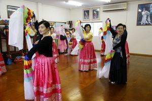金さん(右端)の指導で韓国伝統舞踊を練習する受講生=徳島市入田町の舞踊研究所