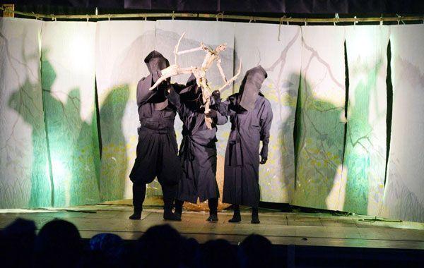 流木でできた人形を操る木偶舎のメンバー=神山町神領の小野さくら野舞台