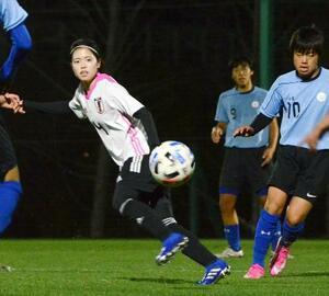男子高校生との練習試合でプレーする女子日本代表の長谷川(左)=福島県のJヴィレッジ