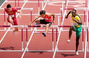 男子110メートル障害準決勝 力走する泉谷駿介(中央)。3組3着で決勝進出を逃した=国立競技場
