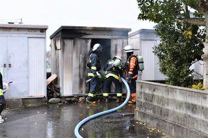 消火活動に当たる消防署員=16日午後0時35分ごろ、阿南市横見町