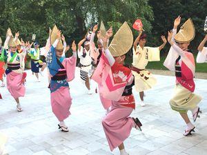 フランスの政府関係者らに阿波踊りを披露する踊り子=パリの日本大使公邸(阿波踊りパリ公演実行委提供)