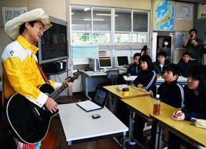 子どもたちと歌を作る登天さん(左端)=伊島小学校