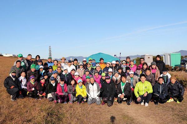 3時間走に挑むランニングクラブ順風のメンバー=吉野川南岸河川敷グラウンド(順風提供)