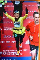 シカゴマラソンでゴールする酒井さん=2014年10月、シカゴ(酒井さん提供)
