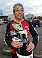 鈴木選手から譲り受けたクラブを手にエールを送る健司さん=香川県観音寺市