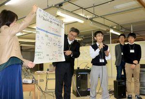 将来の働き方についてアイデアを発表する参加者=神山町下分の神山バレー・サテライトオフィスコンプレックス
