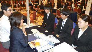採用担当者(左側)から業務内容について説明を受ける学生ら=徳島市のホテルクレメント徳島