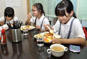 三好市にオープンした「子ども食堂」でオムライスを味わう子どもたち=三好市池田町の「ぎんざ和囲和囲」