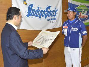 飯泉知事(左)から表彰状を受け取る福永投手=県庁
