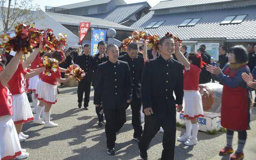 ABOのメンバーらに見送られる富岡西高校野球部員=18日午前、阿南市の道の駅公方の郷なかがわ
