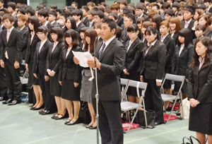 新入生を代表し、決意の言葉を述べる幸長さん=徳島市の四国大