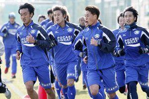 キャンプ後の初練習でペース走に汗を流す徳島の選手たち=徳島スポーツビレッジ