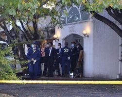発砲事件のあった喫茶店を調べる捜査員=2日午後4時すぎ、徳島市沖浜東1