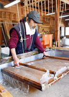 簀桁を使って和紙を漉く中村さん=那賀町拝宮